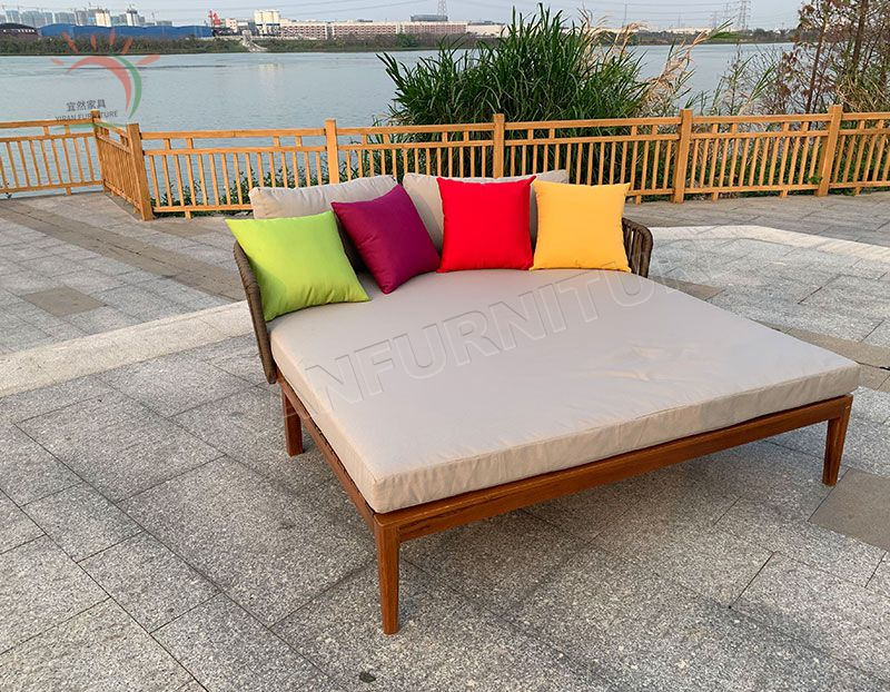 Fashion New Design Simple and Elegant Outdoor Teak Sun Lounger
